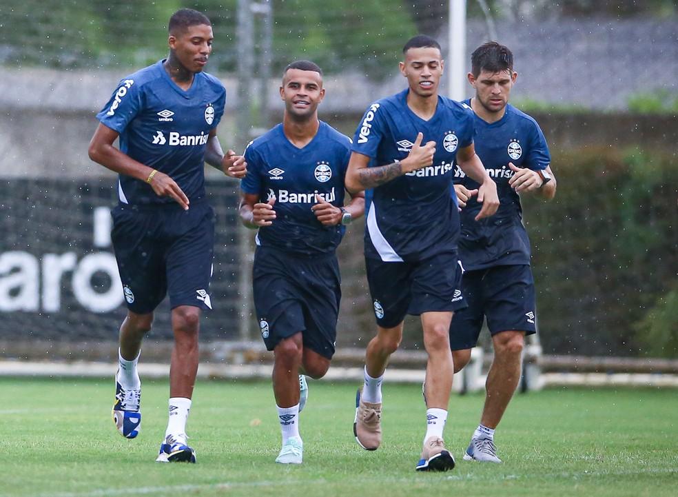 Jean Pyerre (E) correu no CT no início da pré-temporada — Foto: Lucas Uebel/Grêmio
