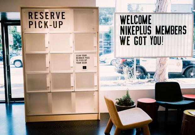 Na nova loja da Nike, em Los Angeles, é possível reservar calçados para provar e, quando se chega na unidade, eles estão esperando dentro de um armário (Foto: Divulgação/Nike)