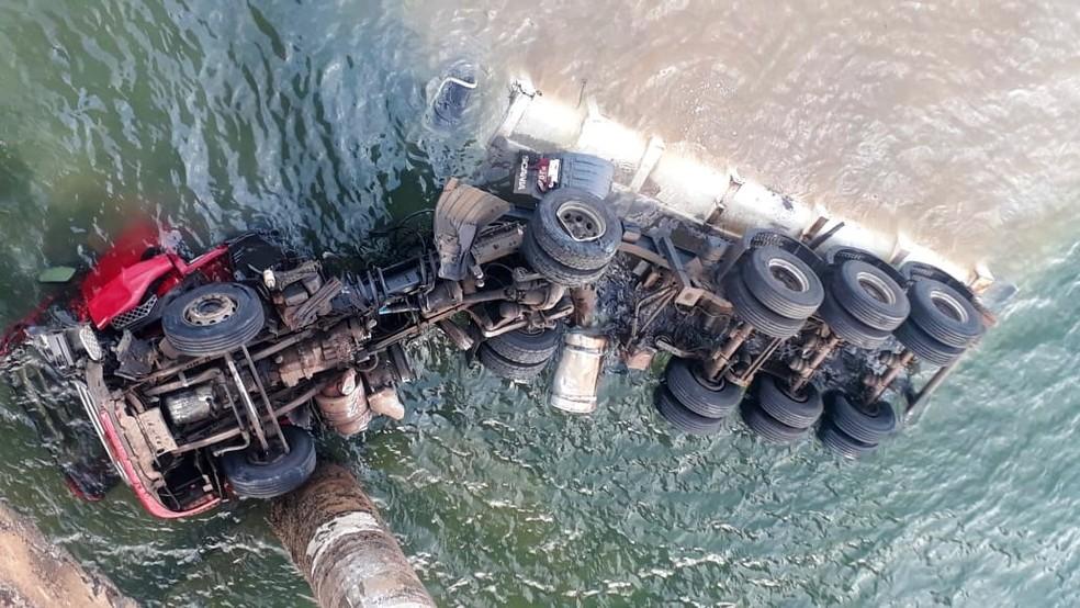 Carreta caiu na represa de Chavantes, em Fartura — Foto: Arquivo Pessoal