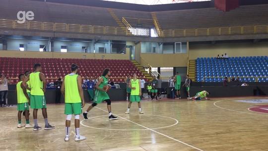 À la Curry: Varejão e Fischer levam desafio do meio da quadra em treino do Brasil