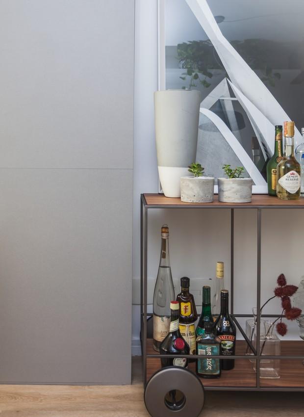 O carrinho de bar esconde um painel, onde são guardados utensílios de faxina e outros pertences compridos e finos (Foto: Divulgação)