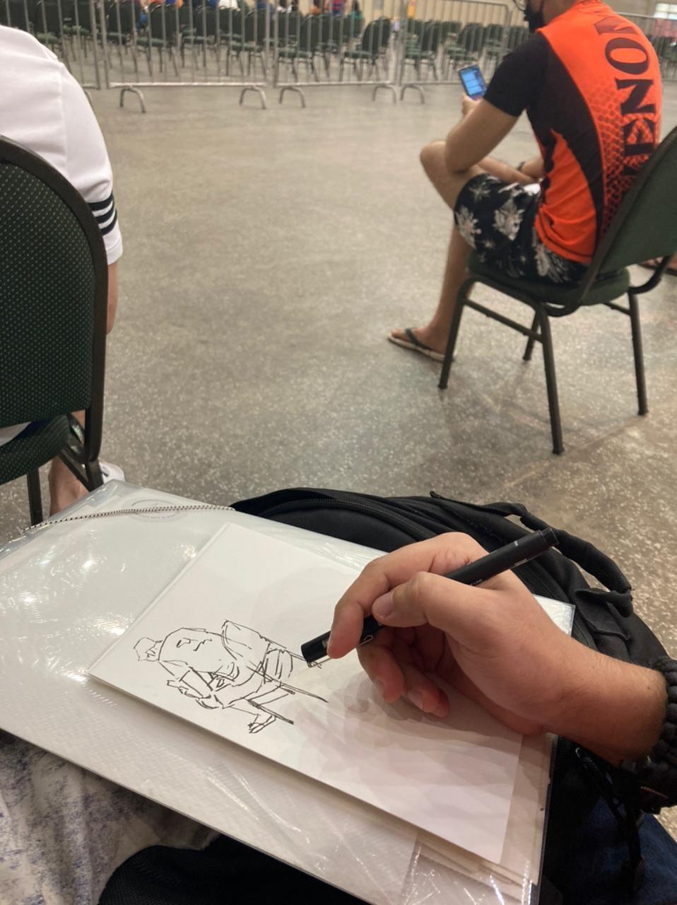Artista aproveita tempo de espera antes de vacina contra Covid para desenhar outras pessoas na fila, em Fortaleza; vídeo