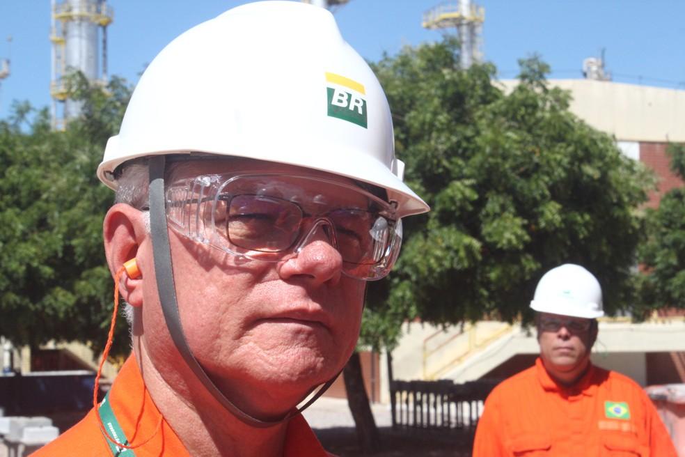 Tuerte Amaral Rolim, diretor da Unidade Operacional da Petrobras no RN e no Ceará. Ao fundo, Wagner Diniz Boni, atual gerente-geral da Refinaria Clara Camarão (Foto: Igor Jácome/G1)