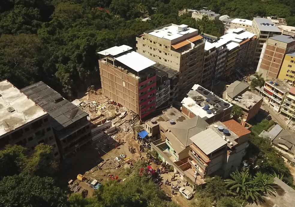Vista aérea dos escombros dos prédios que desabaram na Muzema, Zona Oeste do Rio de Janeiro — Foto: AP Photo/Renato Spyrro