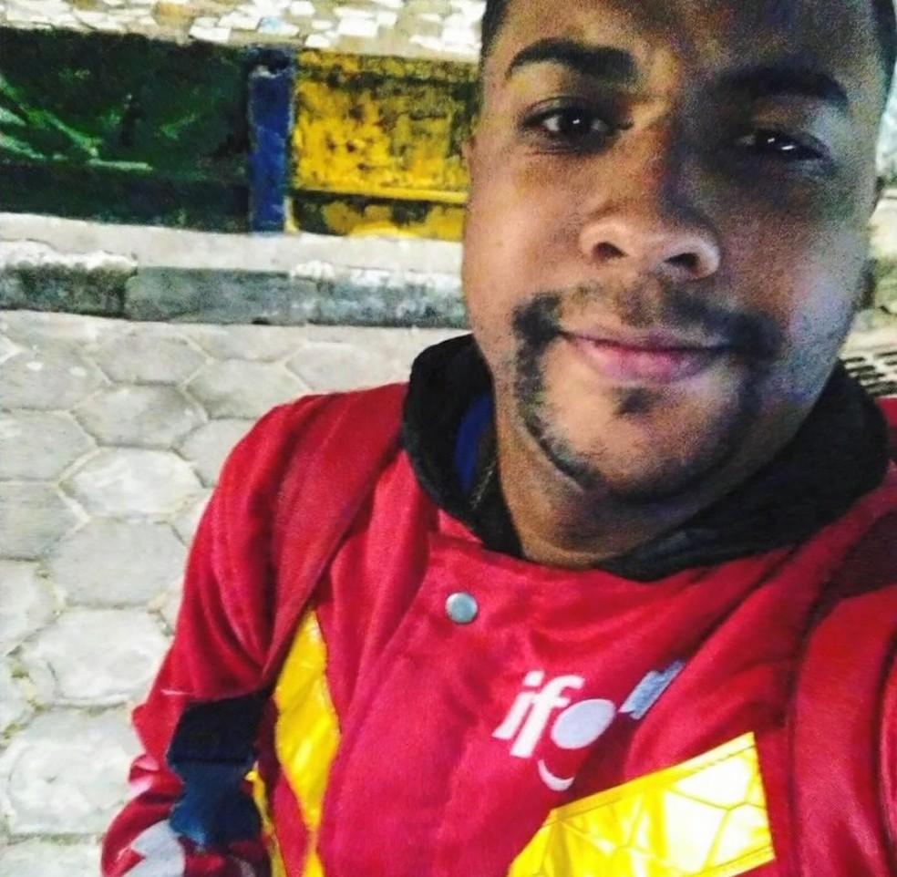 Motoboy Isaque Rezende de Araújo foi preso suspeito de fazer assaltos — Foto: Reprodução/TV Gazeta