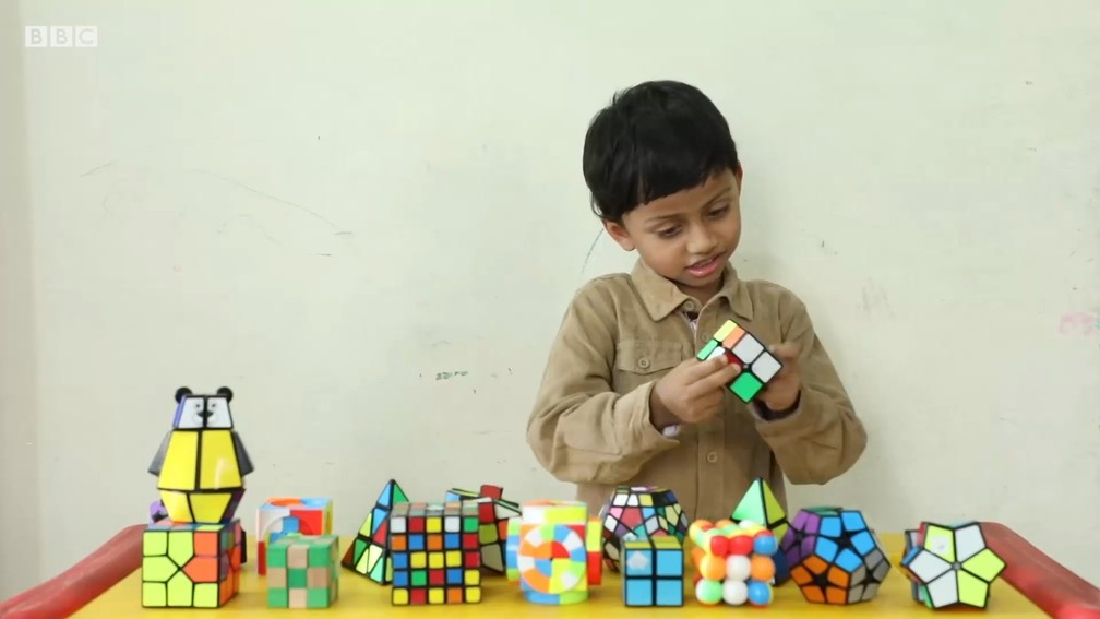 Professor ensinou o menino indiano V. Sakthivel, de 4 anos, a resolver cubos mágicos  — Foto: BBC