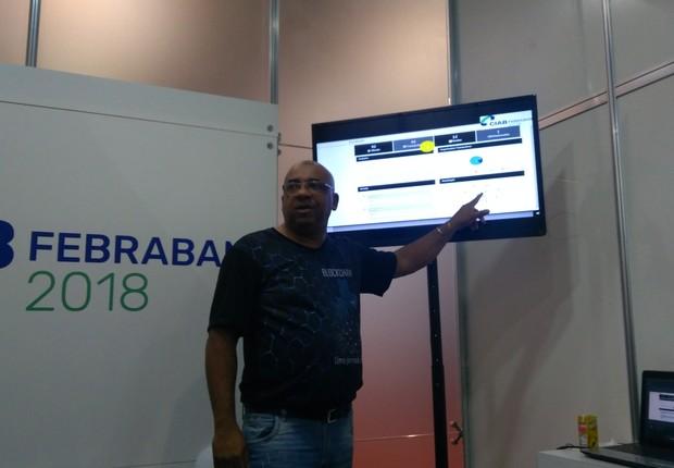 Adilson Fernandes, coordenador do grupo de trabalho da Febraban sobre blockchain, mostra o funcionamento do protótipo desenvolvido pela entidade (Foto: Rafael Faustino)