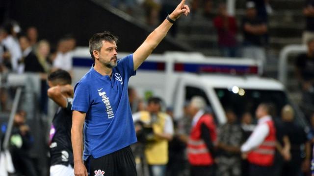 Com Carille suspenso, Leandro Silva, o Cuca, dirigiu o Timão no banco