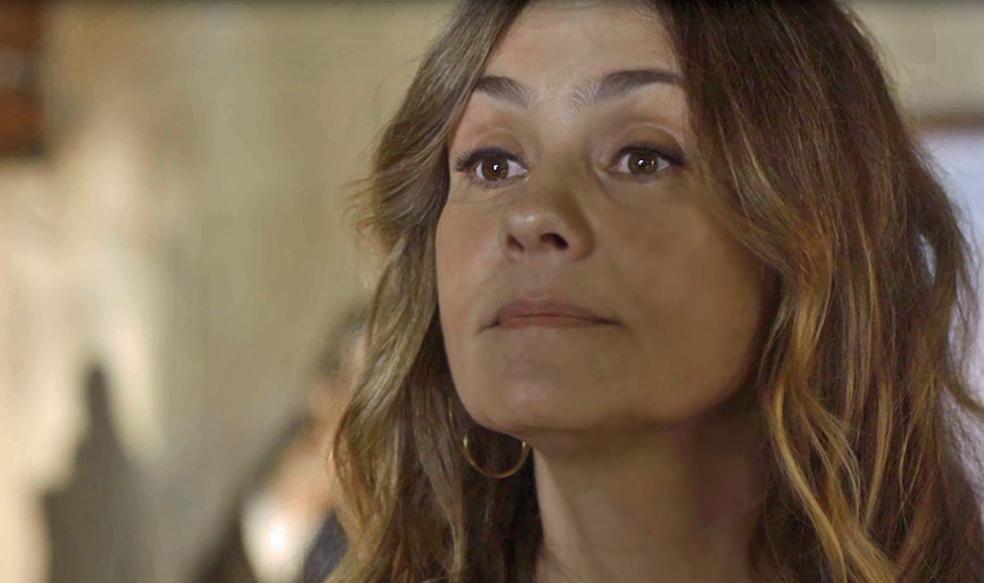 Laureta procura a curandeira e oferece grana alta para descobrir a verdade (Foto: TV Globo)