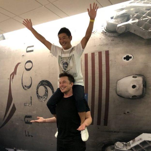 Elon Musk compartilhou foto com Maezawa (Foto: ELON MUSK / TWITTER via BBC News Brasil)