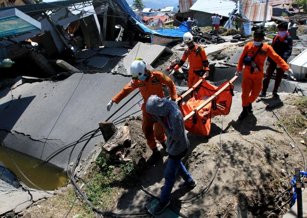 Equipes de resgate procuram sobreviventes nesta segunda-feira (1º) após terremotos e tsunami atingirem a Indonésia â?? Foto: Antara Foto/Akbar Tado via REUTERS