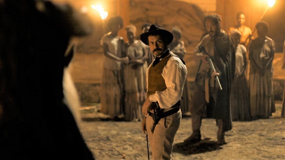 Tonico Rocha (Alexandre Nero) caça o assassino de seu pai, o Coronel Ambrósio (Roberto Bonfim) — Foto: Globo