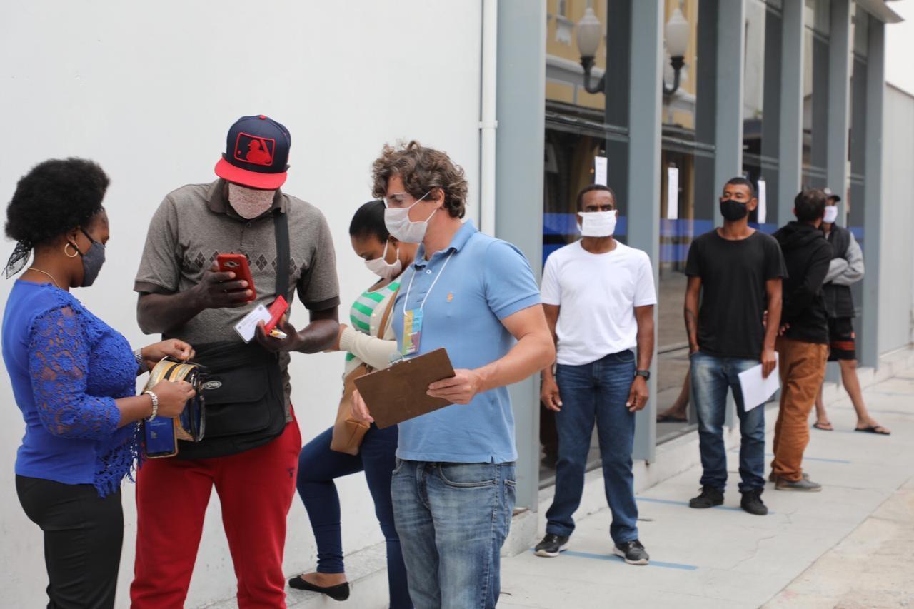 Agências em SC registram filas e voluntários ajudam quem precisa de auxílio emergencial