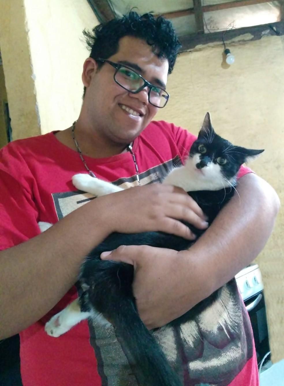 Tiago Queroz com a gata que adotou no Centro de Zoonoses de Catanduva (SP) — Foto: Arquivo pessoal