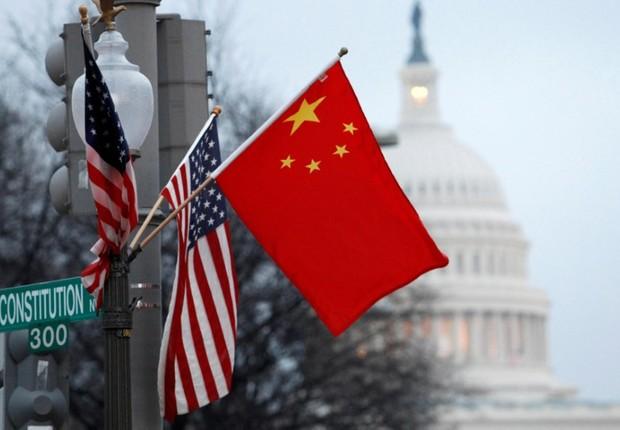 Bandeiras da China e dos Estados Unidos em poste de Washington por ocasião de visita de autoridade chinesa (Foto: Hyungwon Kang/Reuters)