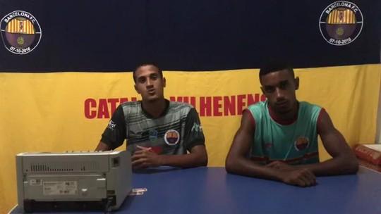 Mulheres lançam notas de repúdio após jogadores do Barça posarem para foto fazendo 'gesto obsceno'; clube nega