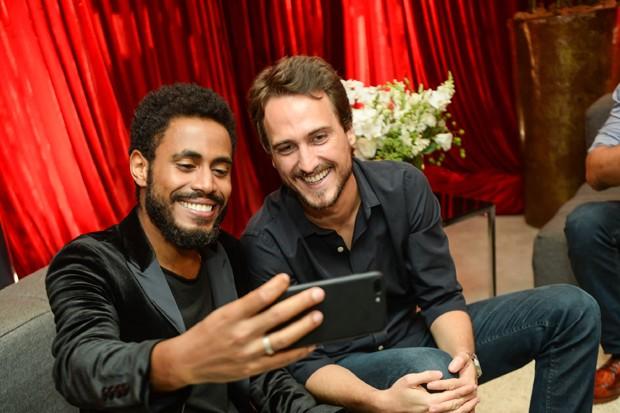 Ícaro Silva e Igor Angelkorte (Foto: Globo/Vitor Pollak)