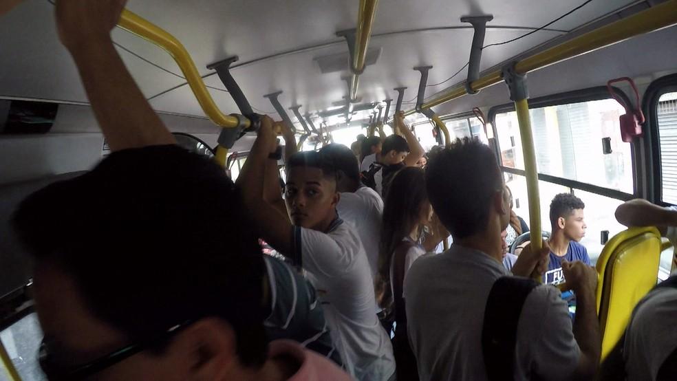 TI Sufoco mostrou os desafios de quem precisa andar de ônibus diariamente no Grande Recife — Foto: Reprodução/TV Globo