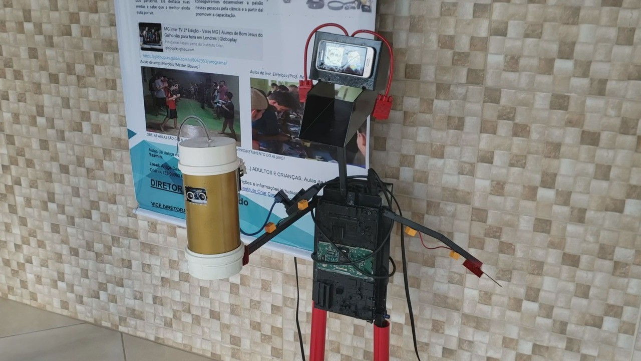 Usando lixo eletrônico, estudantes criam robô com dispenser de álcool em gel e batizam de 'Contron Covid-19'