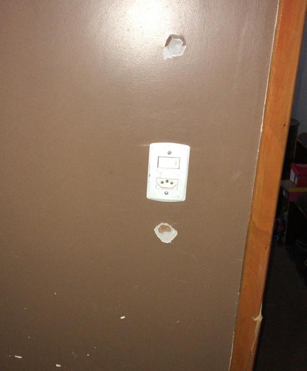 Nas paredes da casa invadida pela dupla que perseguia um jovem ficaram várias marcas de tiros — Foto: Polícia Civil/Divulgação