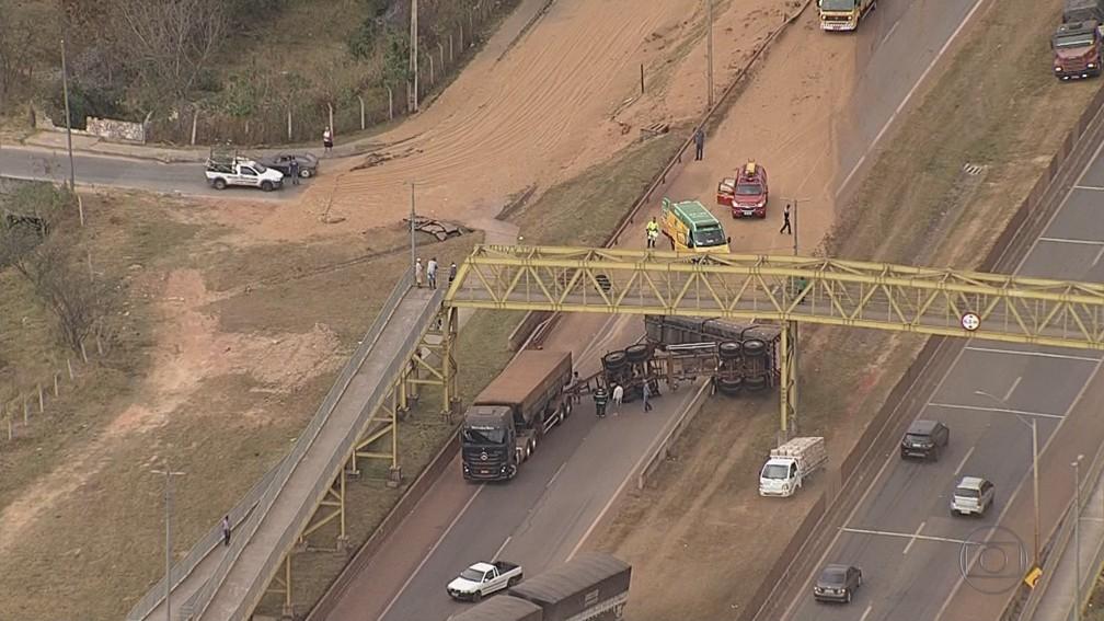 Caminhão carregado de trigo tombou no Anel Rodoviário nesta terça-feira (6). — Foto: Reprodução/TV Globo