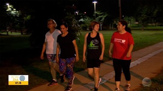 Caminhada une amigas e contribui para colocar a saúde e a conversa em dia