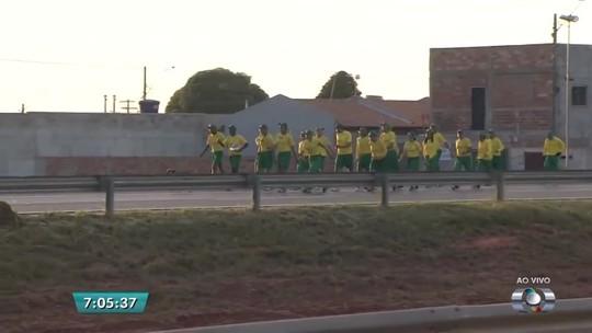 Atletas começam a Caminhada Ecológica entre Trindade e Aruanã, em Goiás