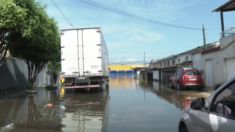 Caminhão parado devido à água em rua da Zona Sul do Recife — Foto: Reprodução/TV Globo