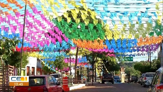 Moradores de Barbalha enfeitam a cidade para festa de Santo Antônio