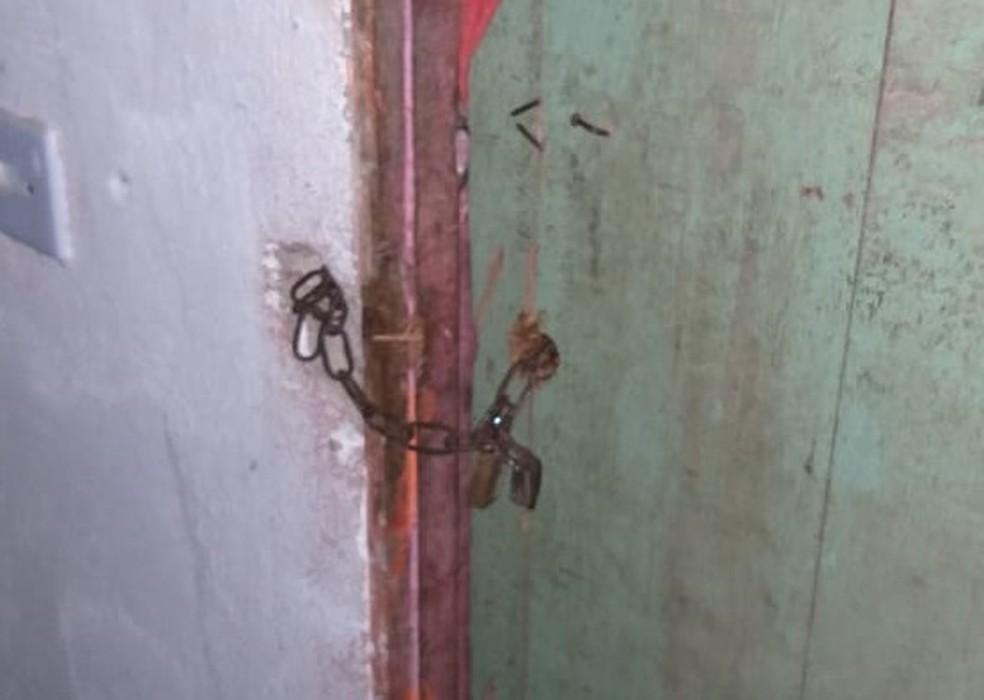 Quarto em que mãe e filha eram mantidas presas era fechado por cadeado — Foto: Polícia Militar/Divulgação