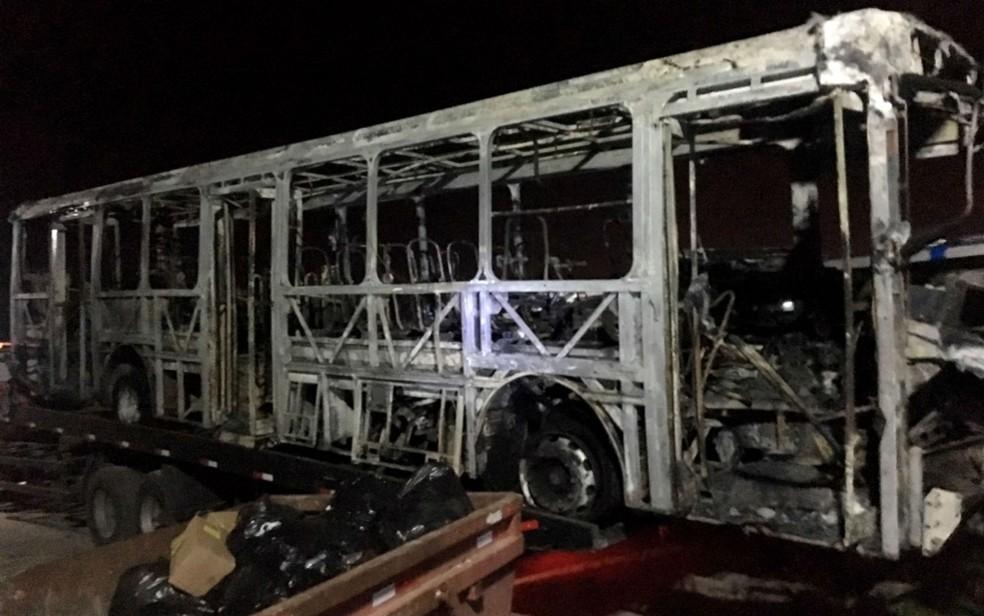 Veículo ficou completamente destruído (Foto: Divulgação/Grupo São João)