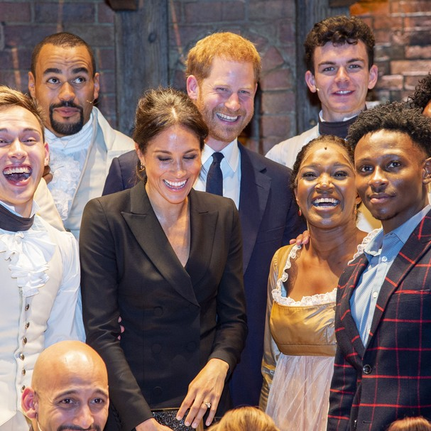 "Meghan Markle e príncipe Harry posam com o elenco de ""Hamilton"" (Foto: Getty Images)"