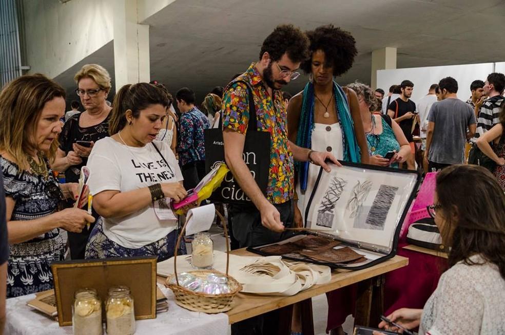 Feira Cria reúne trabalhos de artistas com trabalhos desenhados e impressos de maneira independente (Foto: Augustina Arán/Divulgação)