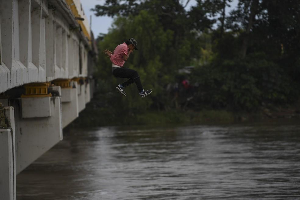 Migrante pula da ponte que liga o México e Guatemala para evitar fronteira — Foto: REUTERS/Ueslei Marcelino