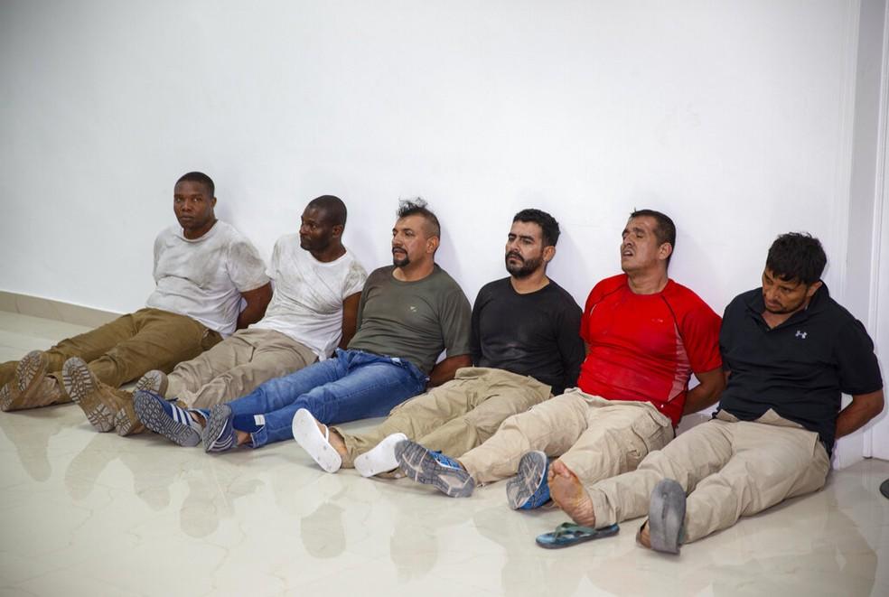 Seis dos detidos por suspeita de estarem por trás do assassinato do presidente do Haiti, Jovenel Moise, em foto desta quinta (8) — Foto: Joseph Odelyn/AP Photo