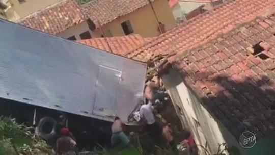 Caminhão desgovernado invade casa e motorista tem ferimentos; imóvel de Socorro é interditado