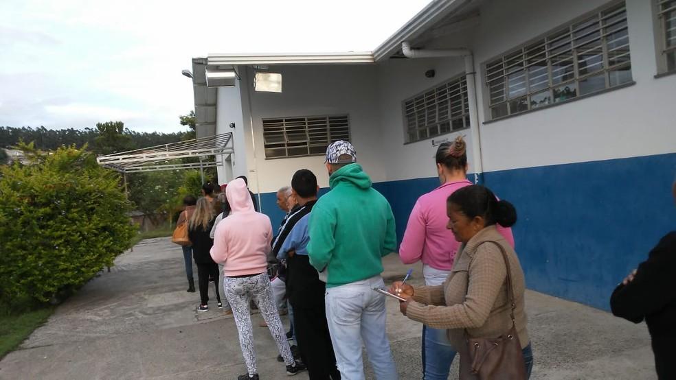Fila de pacientes no Centro de Saúde do Jardim Rossin, em Campinas, mesmo com aviso de que não havia agendamento com clínico por conta da saída dos médicos cubanos. — Foto: Conselho de Saúde de Campinas/Divulgação