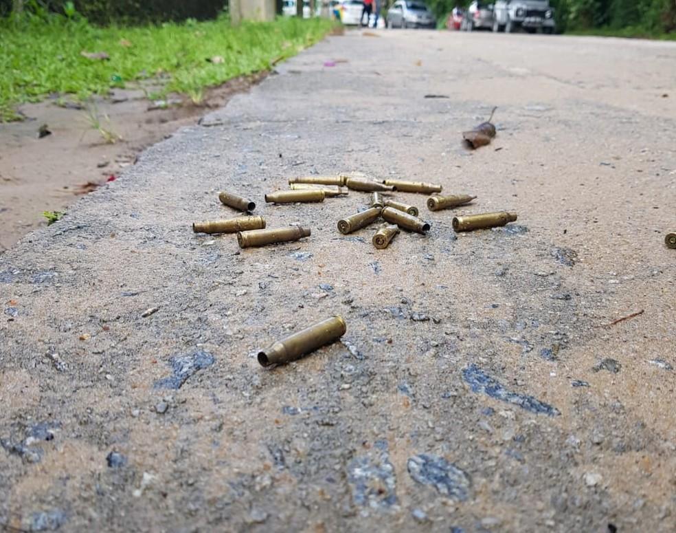 Cartuchos foram encontrados na frente da casa em que dono de parque aquático foi morto, em Aldeia — Foto: Bruno Fontes/TV Globo