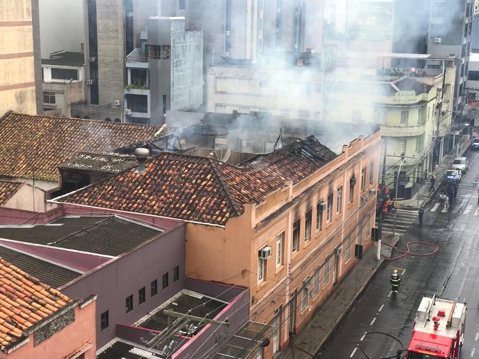 Fogo destruiu a parte interna do prédio. — Foto: Camila Faraco/RBS TV