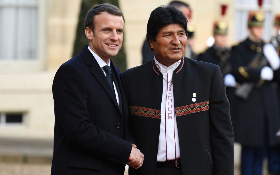 Os presidentes da França, Emmanuel Macron, e da Bolívia, Evo Morales, posam para fotos no Palácio Eliseu, em Paris, no dia 12 de dezembro (Foto: Alain Jocard/AFP)