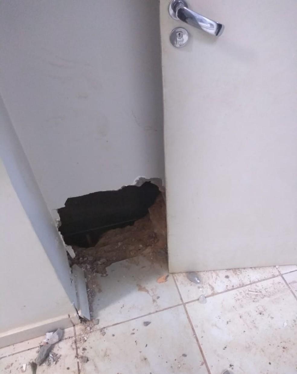Bandidos entraram no banco por meio de um buraco que eles fizeram na parede.  — Foto: Divulgação/ Polícia Civil