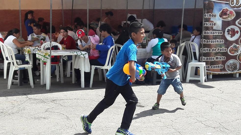 Crianças brincam no encerramento do carnaval na Feira Kantuta, reduto boliviano na capital paulista — Foto: Alexandre Alliatti