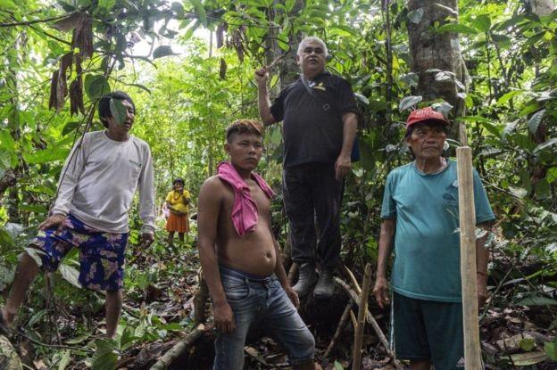 Indígenas em expedição na mata para encontrar a fruta dourada (Foto: Rogério Assis/ISA)