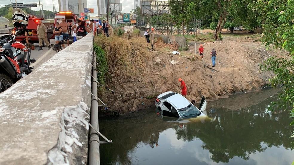 Carro caiu no Rio Jaguaribe após capotagem na BR-230, em João Pessoa — Foto: Walter Paparazzo/G1