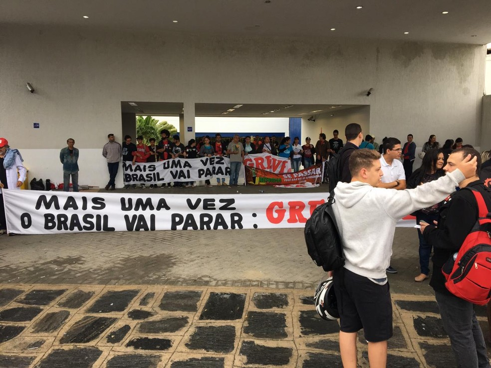 Manifestantes bloquearam entrada de uma empresa de telemarketing, em Campina Grande, às 6h50 — Foto: Felipe Valentim/TV Paraíba
