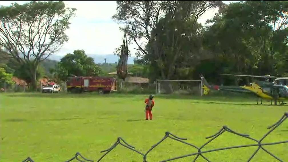 Bombeiros resgatam corpo de lama em Brumadinho (MG) — Foto: Reprodução/TV Globo
