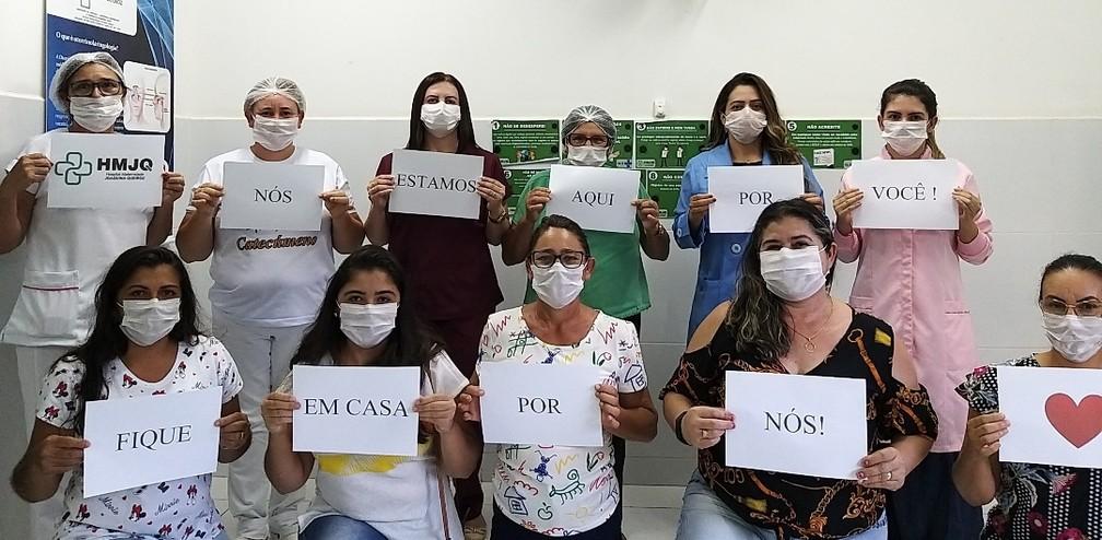 Equipe do Hospital Maternidade Joaquina Queiroz, em Alexandria (RN), posa com mensagem de alerta contra o coronavírus — Foto: Kessy Carline V de Lima Castro/Arquivo pessoal via VC no G1