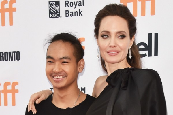 A atriz Angelina Jolie com o filho mais velho, Maddox (Foto: Getty Images)