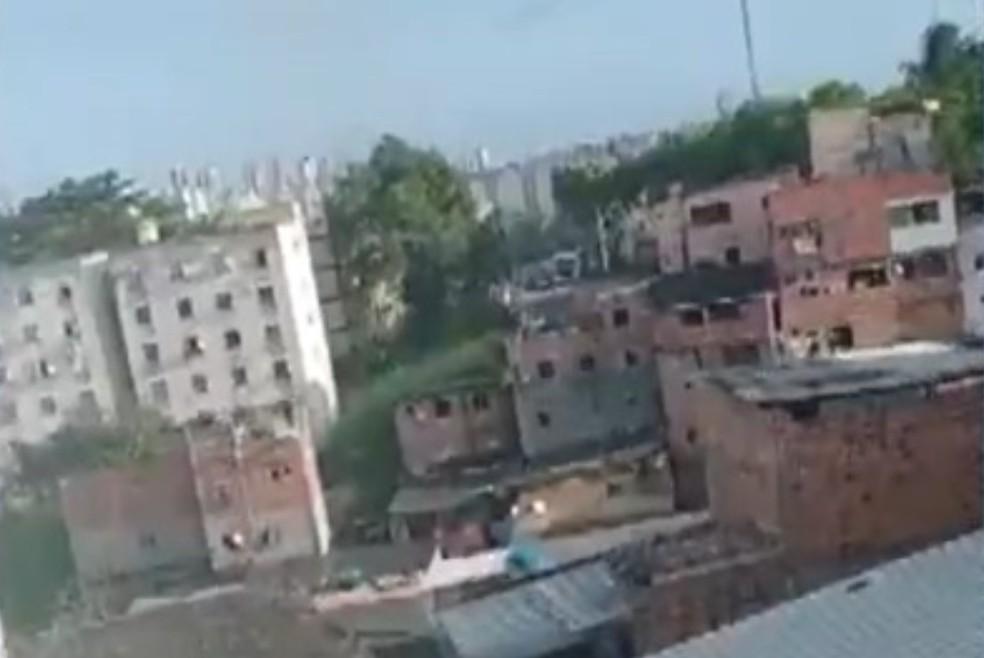 Tiroteio é registrado no bairro do Engenho Velho de Brotas, em Salvador — Foto: Reprodução/TV Bahia