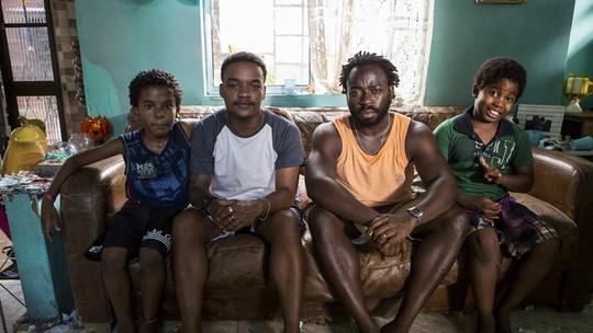 Douglas Silva e Darlan Cunha elogiam atores mirins de 'Cidade dos Homens'; veja vídeo de bastidor